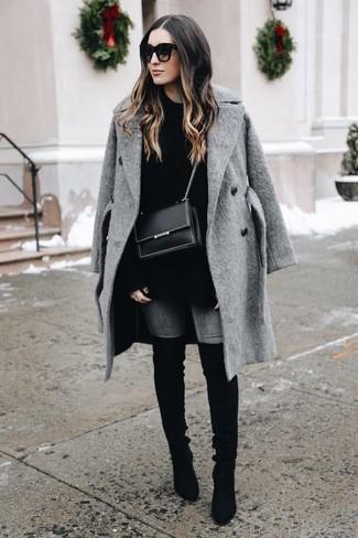 Comment porter: manteau gris, pull surdimensionné noir, jean skinny gris, cuissardes en daim noires