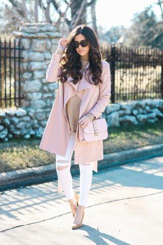 Comment porter: manteau rose, pull surdimensionné marron clair, jean skinny déchiré blanc, escarpins en daim marron clair