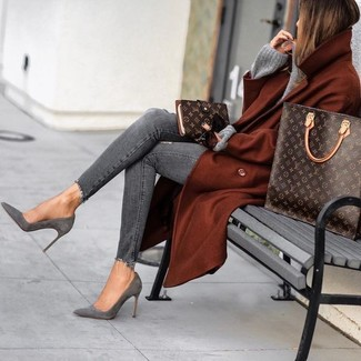 Comment porter un sac fourre-tout en cuir imprimé marron foncé: Pense à porter un manteau tabac et un sac fourre-tout en cuir imprimé marron foncé pour une tenue relax mais stylée. Une paire de des bottines en daim grises est une option judicieux pour complèter cette tenue.