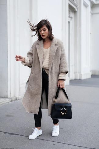 Comment porter: manteau beige, pull surdimensionné en tricot beige, jean skinny noir, baskets basses en cuir blanches