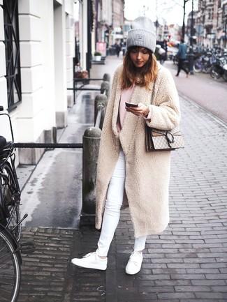 Comment porter: manteau en polaire beige, pull surdimensionné rose, jean skinny blanc, baskets basses en cuir blanches