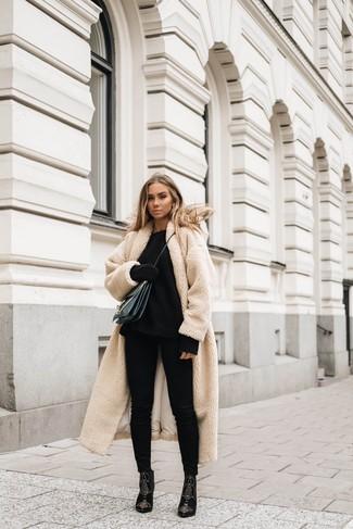 Comment porter: manteau en polaire beige, pull surdimensionné en tricot noir, jean skinny noir, bottines en daim ornées noires