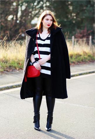 Comment porter: manteau texturé noir, pull surdimensionné à rayures horizontales blanc et noir, leggings en cuir noirs, bottines en cuir noires