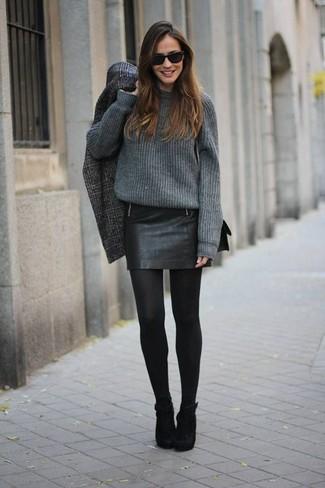 Marie un manteau écossais gris foncé avec une minijupe en cuir noire pour un déjeuner le dimanche entre amies. Une paire de des bottines en daim noires rendra élégant même le plus décontracté des looks.