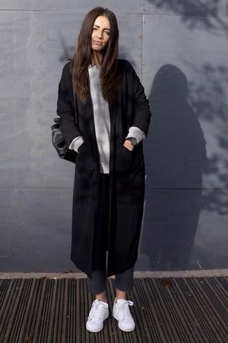 Comment porter: manteau noir, pull surdimensionné gris, pantalon slim en laine gris foncé, baskets basses blanches