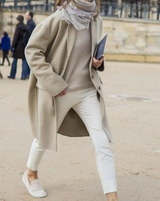 Comment porter: manteau beige, pull surdimensionné beige, pantalon slim blanc, slippers en daim beiges