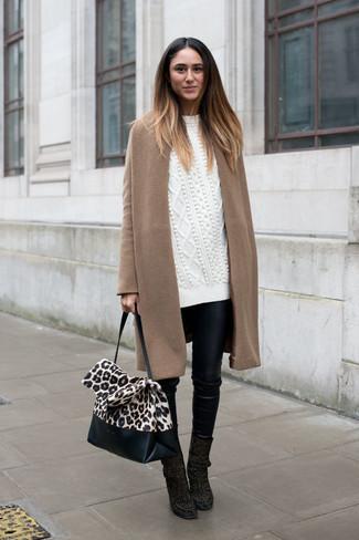 Comment porter: manteau marron clair, pull surdimensionné en tricot blanc, pantalon slim en cuir noir, bottines en daim noires