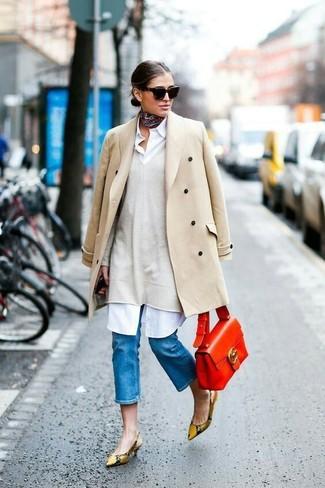 Comment porter: manteau beige, pull surdimensionné beige, robe chemise blanche, escarpins en cuir imprimés serpent marron clair