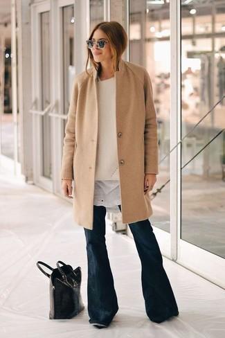Comment porter: manteau marron clair, pull surdimensionné beige, t-shirt à col rond blanc, jean flare bleu marine