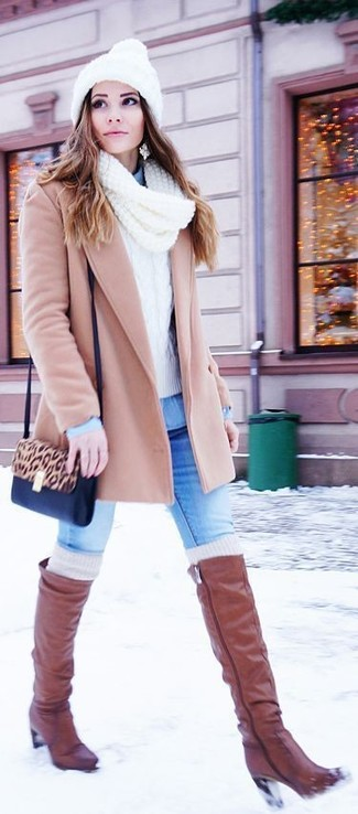 Comment porter: manteau beige, pull torsadé blanc, chemise en jean bleu clair, jean skinny bleu