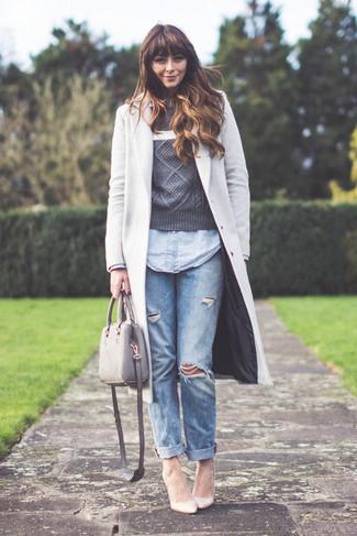 Comment porter un jean boyfriend bleu clair en automne: Harmonise un manteau gris avec un jean boyfriend bleu clair pour un look confortable et décontracté. Termine ce look avec une paire de des escarpins en cuir beiges. Cette tenue est juste canon et sublime pour l'automne.