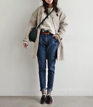 Comment porter un manteau beige: Opte pour un manteau beige avec un jean bleu marine pour une tenue confortable aussi composée avec goût. Cet ensemble est parfait avec une paire de des mocassins à pampilles en cuir bordeaux.