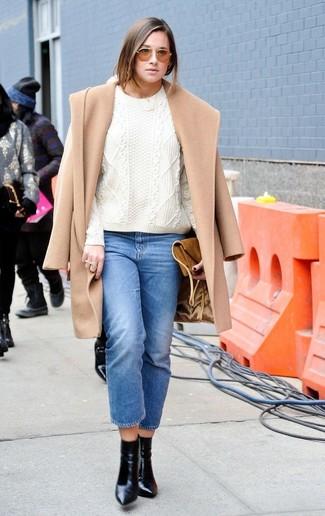 Comment porter: manteau marron clair, pull torsadé blanc, jean bleu, bottines en cuir noires