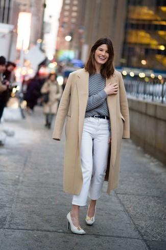 Comment porter: manteau marron clair, pull torsadé gris foncé, jean blanc, escarpins en cuir blancs