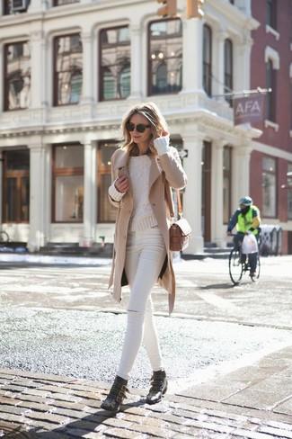 Comment porter: manteau marron clair, pull torsadé beige, jean skinny déchiré blanc, bottines en cuir à clous noires