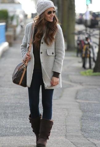 Comment porter un jean skinny bleu marine: Opte pour un manteau gris avec un jean skinny bleu marine pour une tenue raffinée mais idéale le week-end. D'une humeur créatrice? Assortis ta tenue avec une paire de des bottes ugg marron foncé.