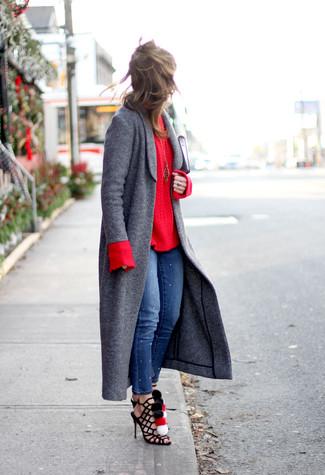 Comment porter: manteau gris foncé, pull torsadé rouge, jean skinny bleu, sandales spartiates en daim noires