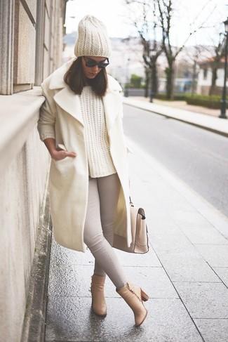 Comment porter: manteau beige, pull torsadé beige, jean skinny gris, bottines en cuir marron clair