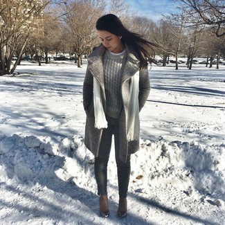Comment porter: manteau gris, pull torsadé gris, jean skinny gris foncé, bottines en cuir marron