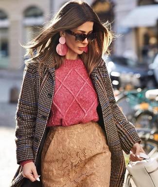 Comment porter: manteau en pied-de-poule marron foncé, pull torsadé fuchsia, jupe crayon en dentelle marron clair, cartable en cuir blanc