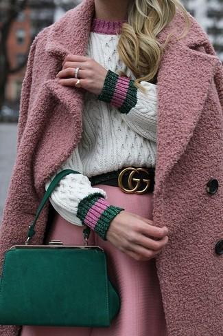 Comment porter: manteau rose, pull torsadé blanc, jupe évasée rose, pochette en cuir verte