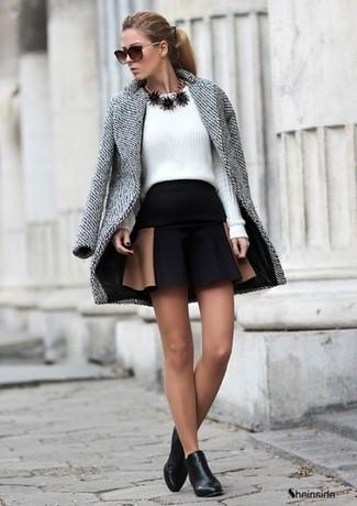 Un manteau gris et une jupe patineuse noire sont un choix de tenue idéale à avoir dans ton arsenal. Apportez une touche d'élégance à votre tenue avec une paire de des bottines en cuir noires.