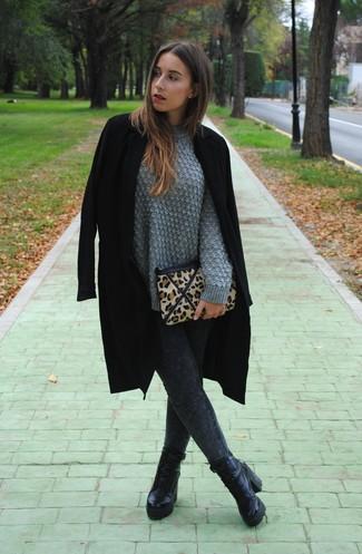 Comment porter: manteau noir, pull torsadé gris, leggings en denim gris foncé, bottines à lacets en cuir noires