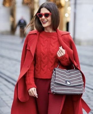 Comment porter: manteau rouge, pull torsadé rouge, pantalon carotte bordeaux, cartable en tweed multicolore