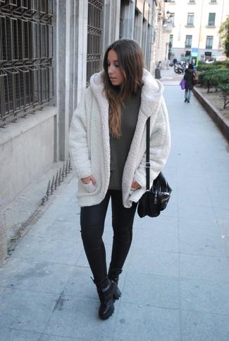 Comment porter un manteau en polaire blanc: Associe un manteau en polaire blanc avec un pantalon slim en cuir noir pour se sentir en toute confiance et être à la mode. Assortis ce look avec une paire de des bottines à lacets en cuir noires.