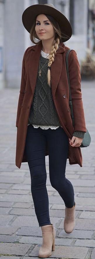Comment porter: manteau marron, pull torsadé vert foncé, t-shirt à col rond en dentelle blanc, jean skinny bleu marine