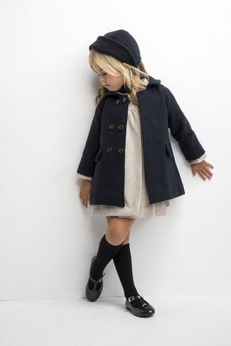 Comment porter: manteau gris foncé, robe beige, ballerines noires, bonnet gris foncé