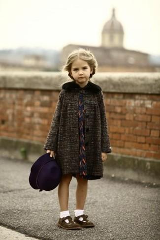 Comment porter: manteau gris foncé, robe bleu marine, ballerines marron foncé, chapeau pourpre foncé