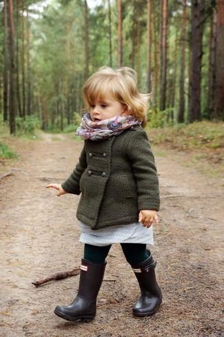 Comment porter: manteau vert foncé, robe grise, bottes de pluie noires, écharpe beige