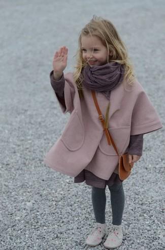 Comment porter: manteau rose, robe pourpre, bottines chukka grises, écharpe pourpre