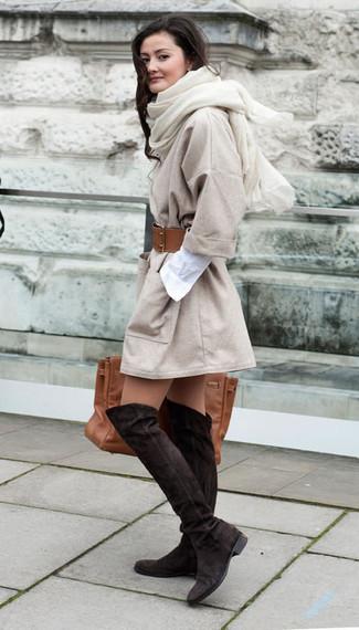 Comment porter: manteau beige, robe chemise blanche, cuissardes en daim marron foncé, sac fourre-tout en cuir marron
