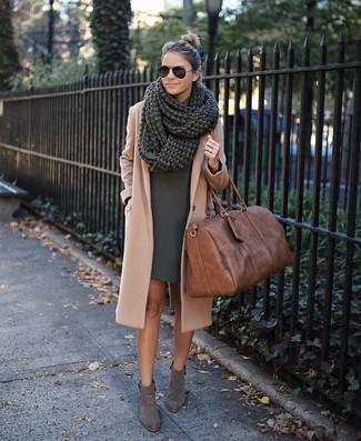 Comment porter: manteau marron clair, robe droite vert foncé, bottines en daim grises, grand sac en cuir marron