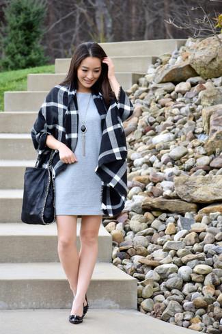 Comment porter: manteau écossais noir, robe droite grise, escarpins en cuir noirs, sac fourre-tout en cuir noir