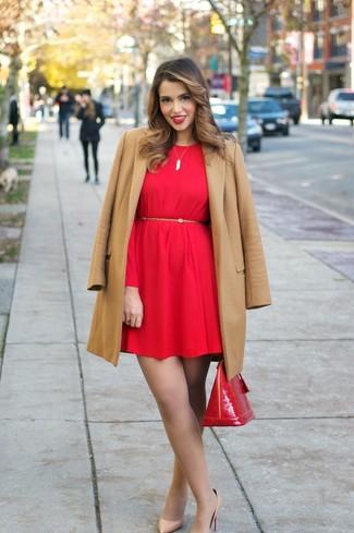 Comment porter: manteau marron clair, robe droite rouge, escarpins en cuir marron clair, cartable en cuir rouge