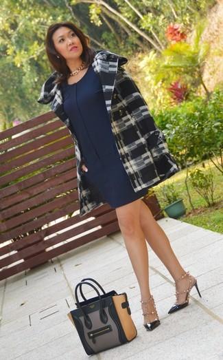 Comment porter: manteau écossais noir et blanc, robe droite bleu marine, sandales à talons en cuir à clous blanches et noires, escarpins en cuir à clous noirs