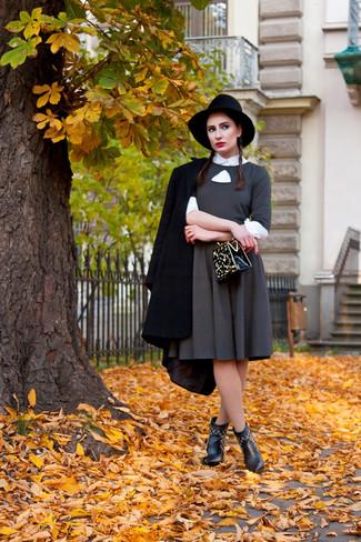 Comment porter: manteau noir, robe évasée grise, chemise de ville blanche, bottines en cuir noires