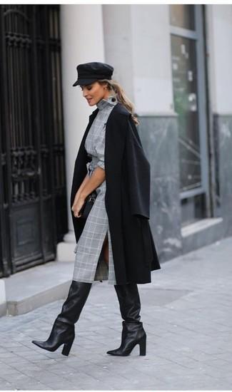 Comment porter: manteau noir, robe fourreau écossaise grise, bottes hauteur genou en cuir noires, pochette en cuir noire