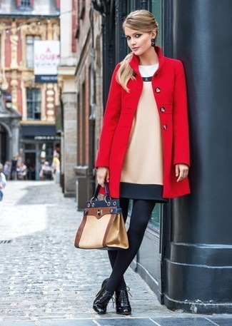 Comment porter: manteau rouge, robe fourreau en laine beige, bottines à lacets en cuir noires, cartable en cuir marron clair