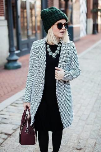 Comment porter: manteau gris, robe fourreau noire, cartable en cuir bordeaux, bonnet vert foncé
