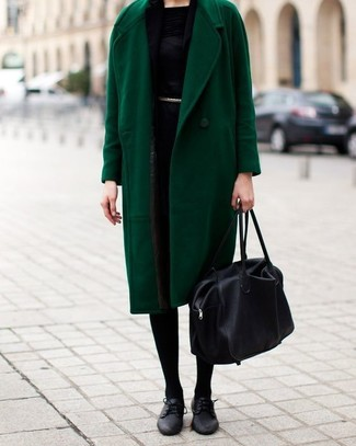Comment porter: manteau vert, robe fourreau noire, chaussures richelieu en cuir noires, sac fourre-tout en cuir noir