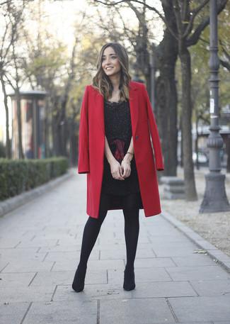 Comment porter: manteau rouge, robe fourreau ornée noire, chemise de ville écossaise rouge et noir, bottines en daim noires
