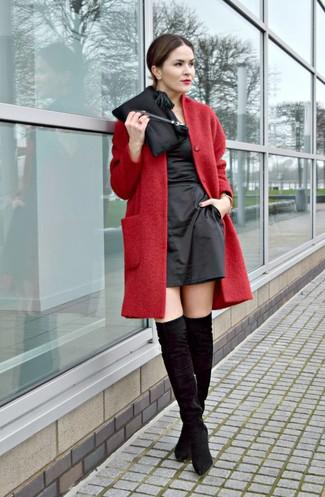 Comment porter: manteau rouge, robe fourreau en satin noire, cuissardes en daim noires, pochette en satin noire