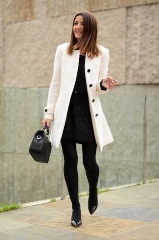 Comment porter un manteau beige: Pense à associer un manteau beige avec une robe fourreau noire pour dégager classe et sophistication. Termine ce look avec une paire de des escarpins en cuir noirs.