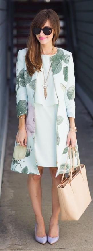 Comment porter: manteau à fleurs vert menthe, robe fourreau en chiffon vert menthe, escarpins en cuir violet clair, sac fourre-tout en cuir beige