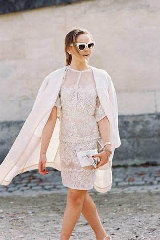 Comment porter: manteau blanc, robe fourreau en dentelle blanche, escarpins en cuir blancs, pochette en cuir argentée