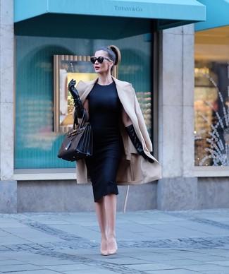 Comment porter: manteau beige, robe fourreau noire, escarpins en cuir beiges, sac fourre-tout en cuir noir